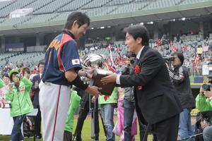 日本代表へ優勝トロフィーの授与