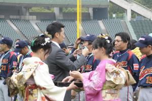 元阪神タイガース矢野燿大さんより金メダルの授与