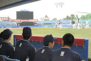 3塁側ベンチから練習見学