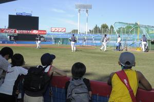 三塁側ベンチから練習見学
